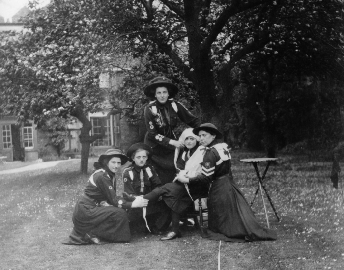 1st Southwold -22 GUIDING HISTORY 1910 MEMBERS OF THE 1ST SOUTHWOLD BADEN POWELL GUIDE COMPANY PRACTISING FIRST AID